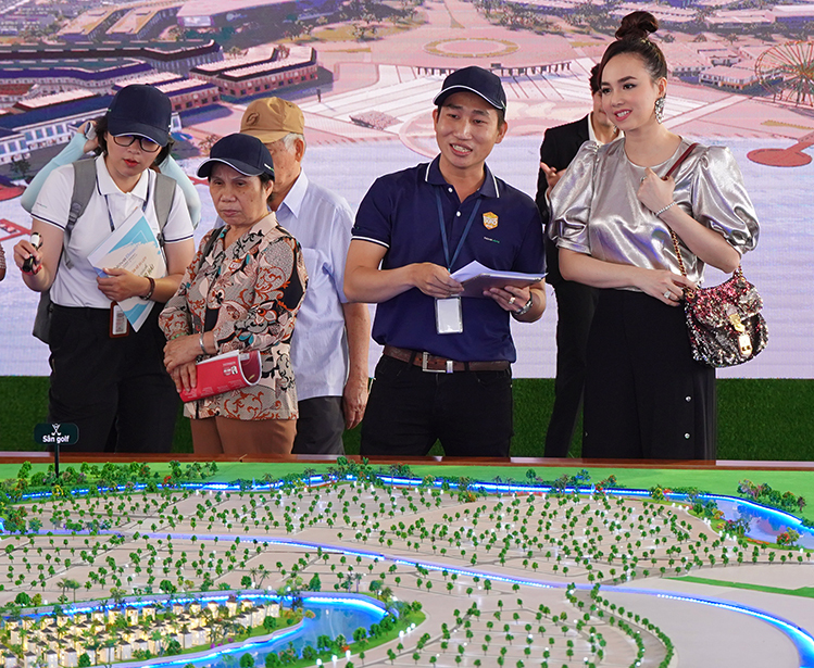 Diễn viên Đinh Ngọc Diệp (bìa phải) đến tham gia Novaland Expo và trực tiếp tìm hiểu về Aqua City, đánh giá cao môi trường sống xanh tại dự án này.